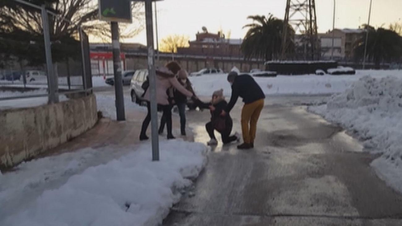 Una persona es ayudada tras resbalar y caerse por culpa del hielo