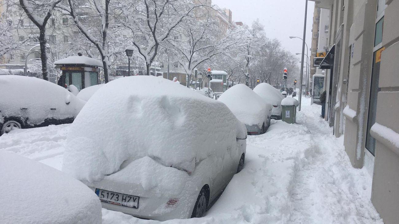 Coches bajo la nieve caida