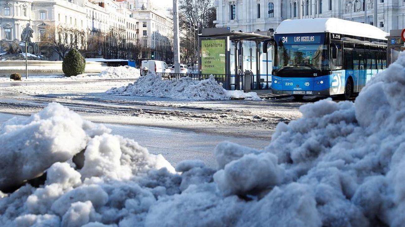 Autobús de la EMT ya circulando entre la nieve en Madrid