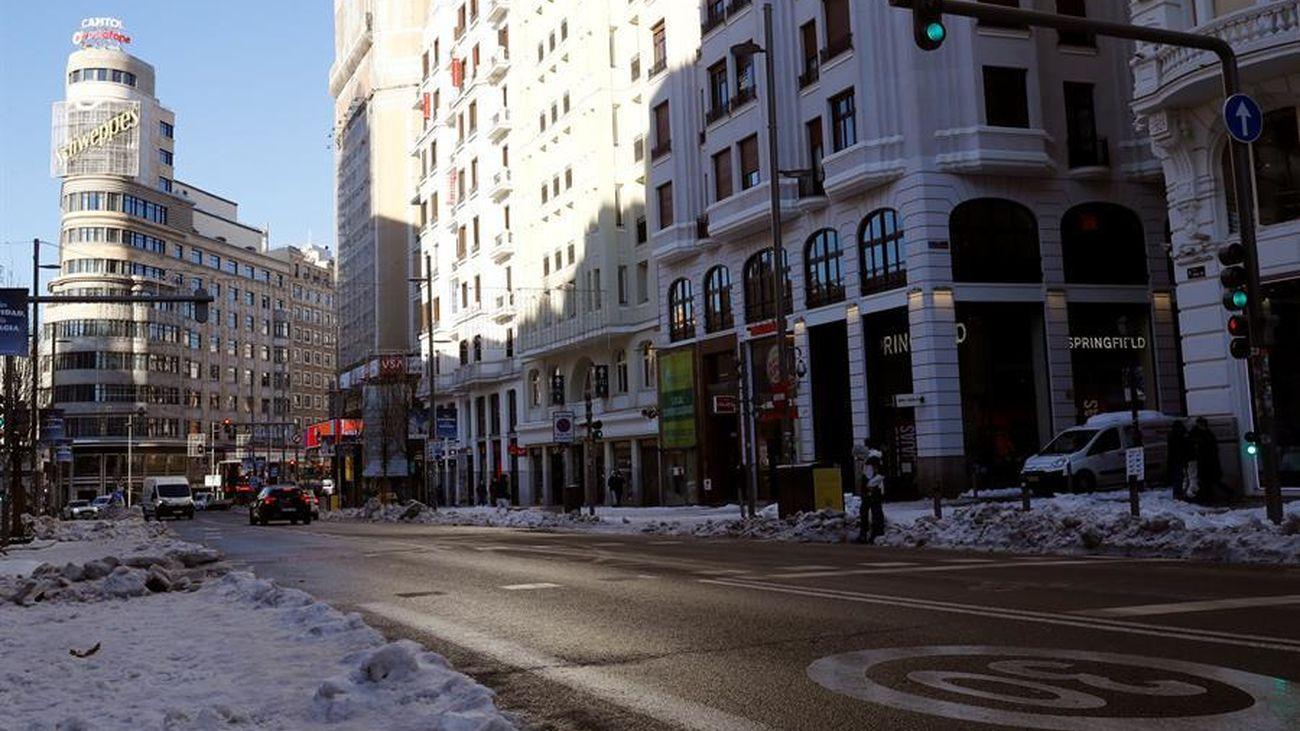 Imagen de la Gran Vía, con la calzada despejada de nieve