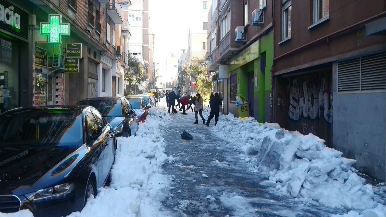 Madrileños en en barrio de Prosperidad retiran el hielo de las calles