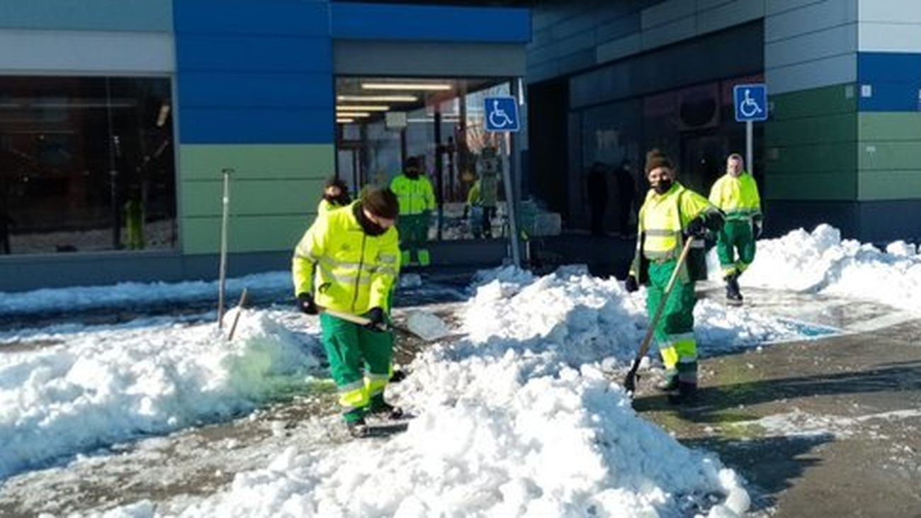 Operarios quitando la nieve en Arroyomolinos