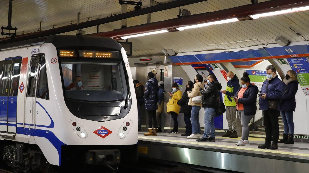 Viajeros esperando el metro en la estación de Sol