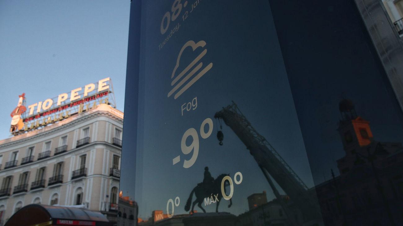 Un termómetro marca -9º en la Puerta del Sol a primera hora de la mañana