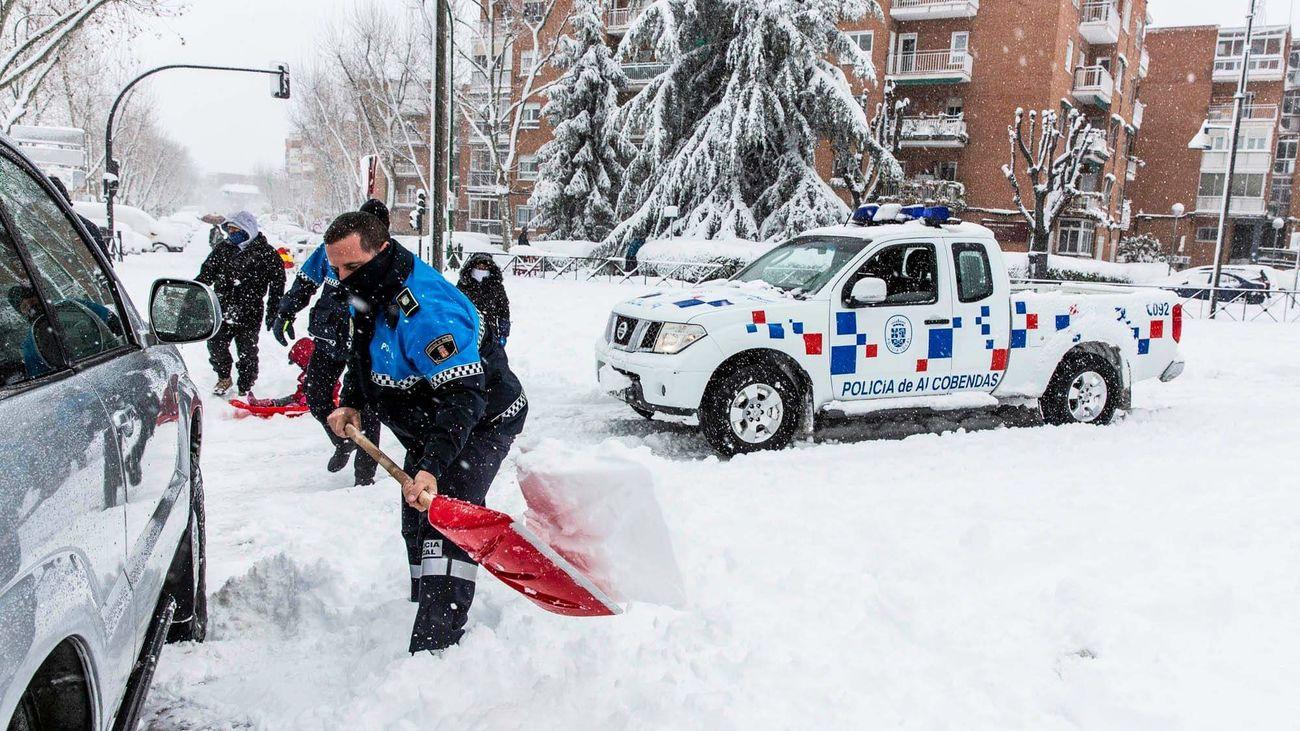 Agentes de la Policía de Alcobendas retirando un vehículo
