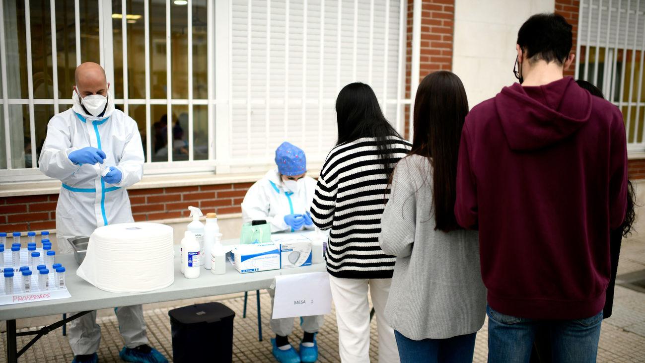 Alumnos de un colegio de Barajas se prestan a un estudio serológico sobre incidencia de coronavirus