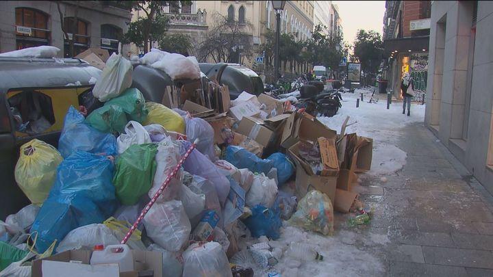 Más de 9.000 toneladas de basura se acumulan en las calles de Madrid mientras la recogida aún está al 40%