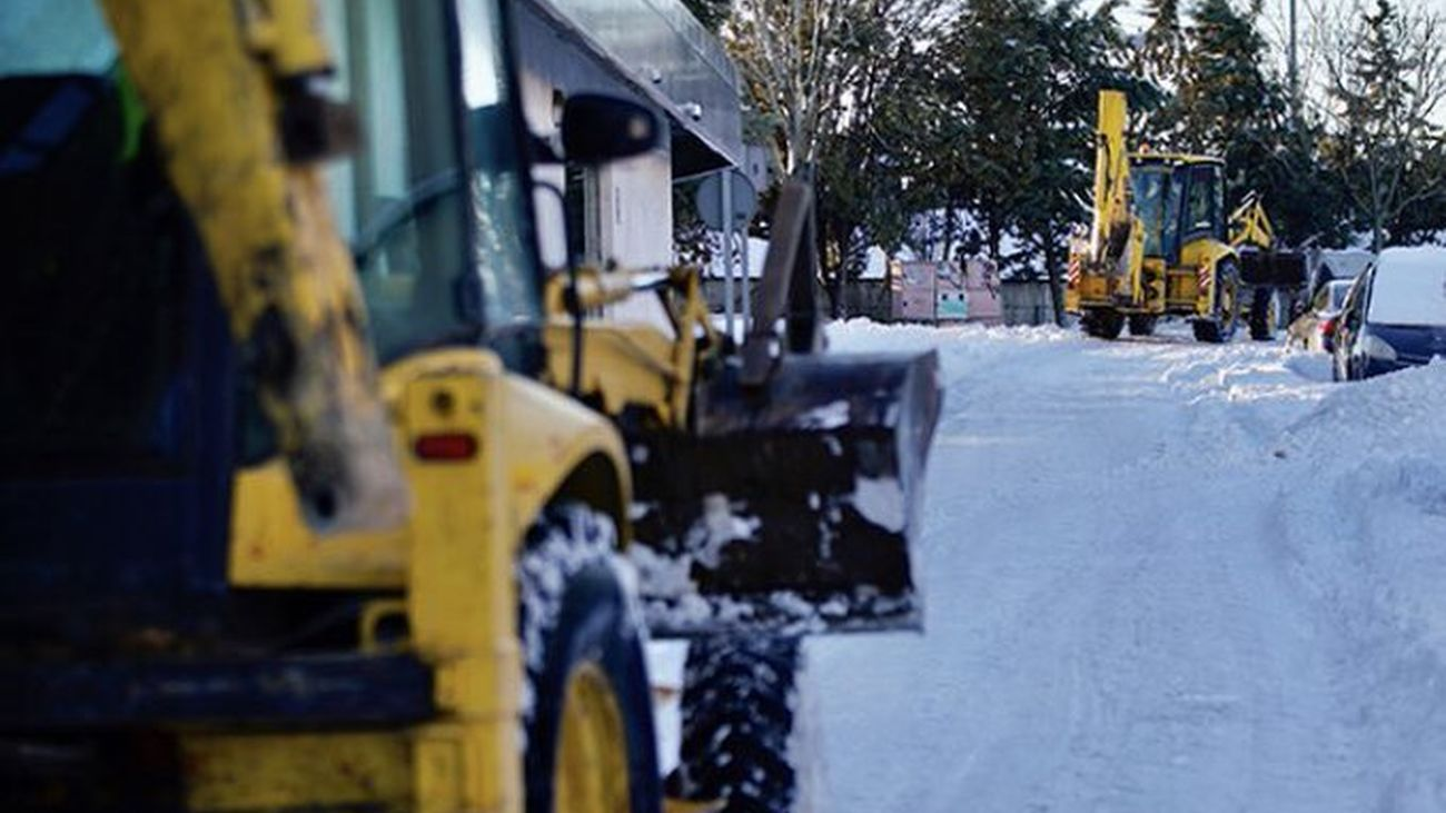 Maquinas excavadoras retirando nieve en Las Rozas