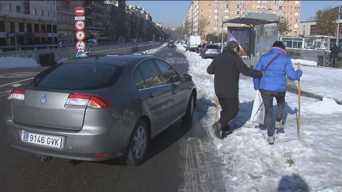 Con vías despejadas los madrileños se atreven a coger sus coches, pero no tienen dónde aparcar