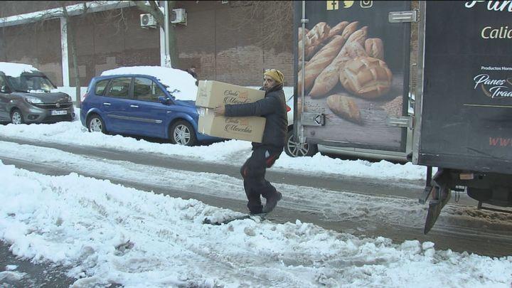 Difícil trabajo de los repartidores en Madrid para abastecer los supermercados tras la nevada