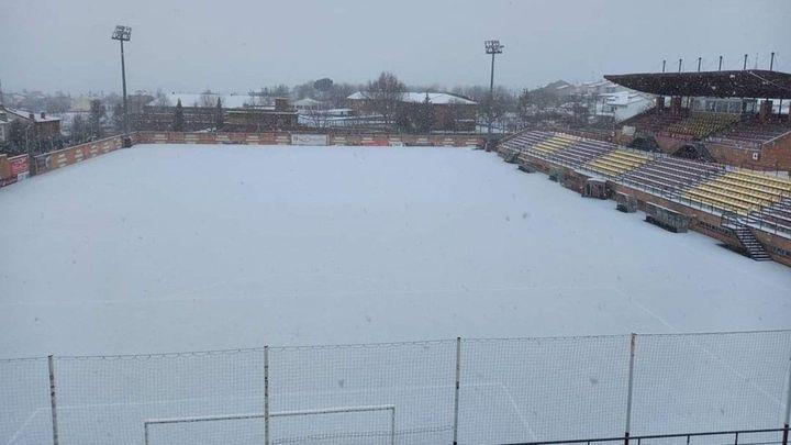 El césped del estadio del Navalcarnero cubierto de nieve