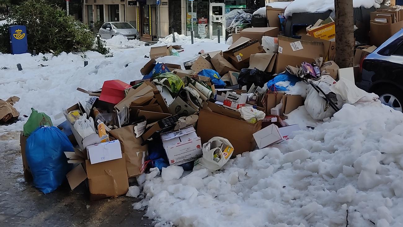 Acumulación de nieve y basura en la calle Alonso Heredia