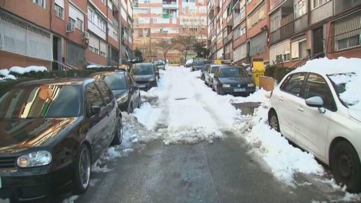 Muchas calles de Madrid permanecen convertidas en pistas de hielo