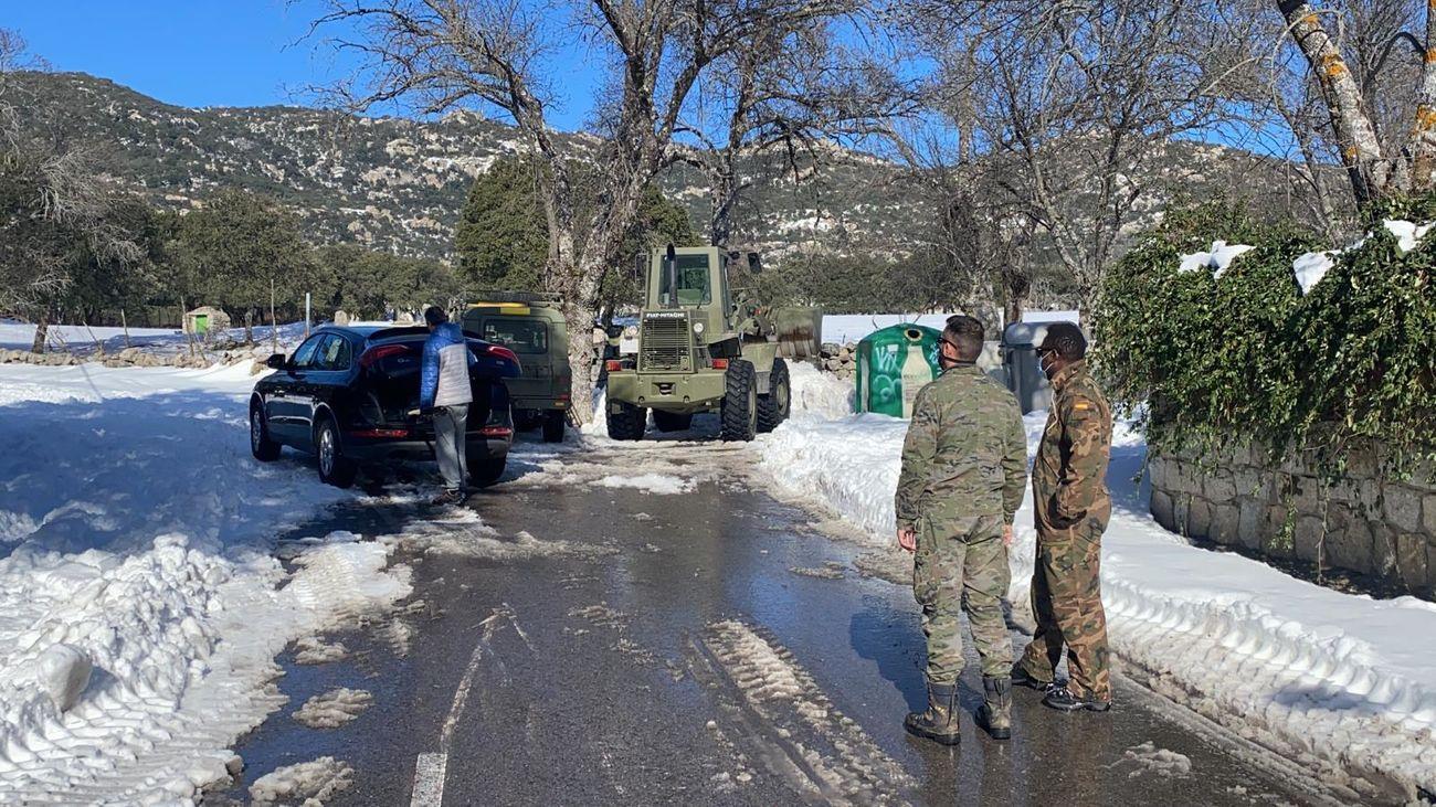 Equipos militares en la retirada de nieve de Hoyo de Manzanares