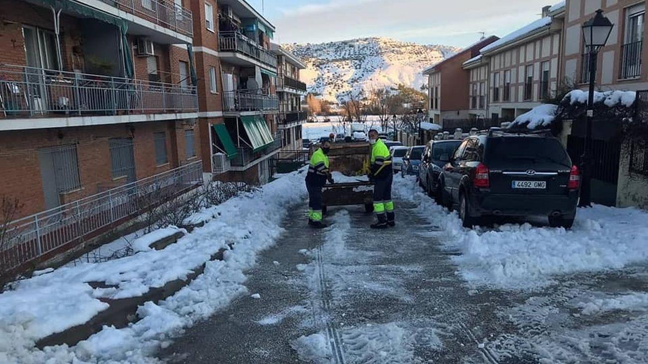 Operarios municipales de Tielmes limpian de nieve las calles del municipio