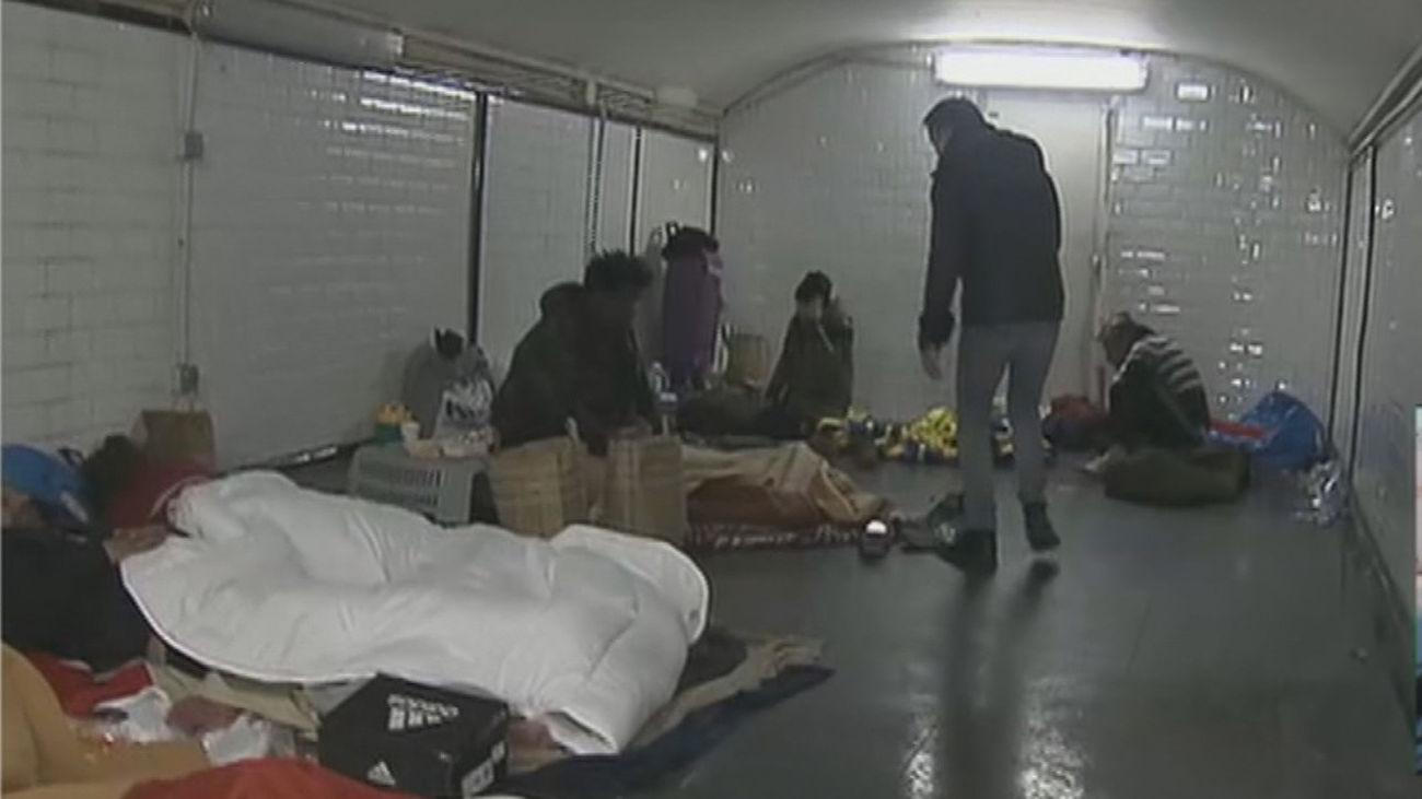 Personas sin hogar refugiadas en las estaciones de Metro de Madrid