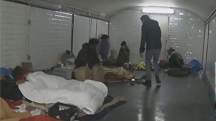 Muchos sin techo se refugian en el Metro de Madrid por la imposibilidad de llegar a los albergues