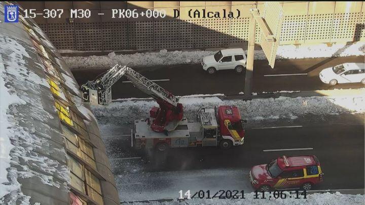 Problemas y atascos en la M-30 por los trabajos de limpieza para quitar la nieve y el hielo
