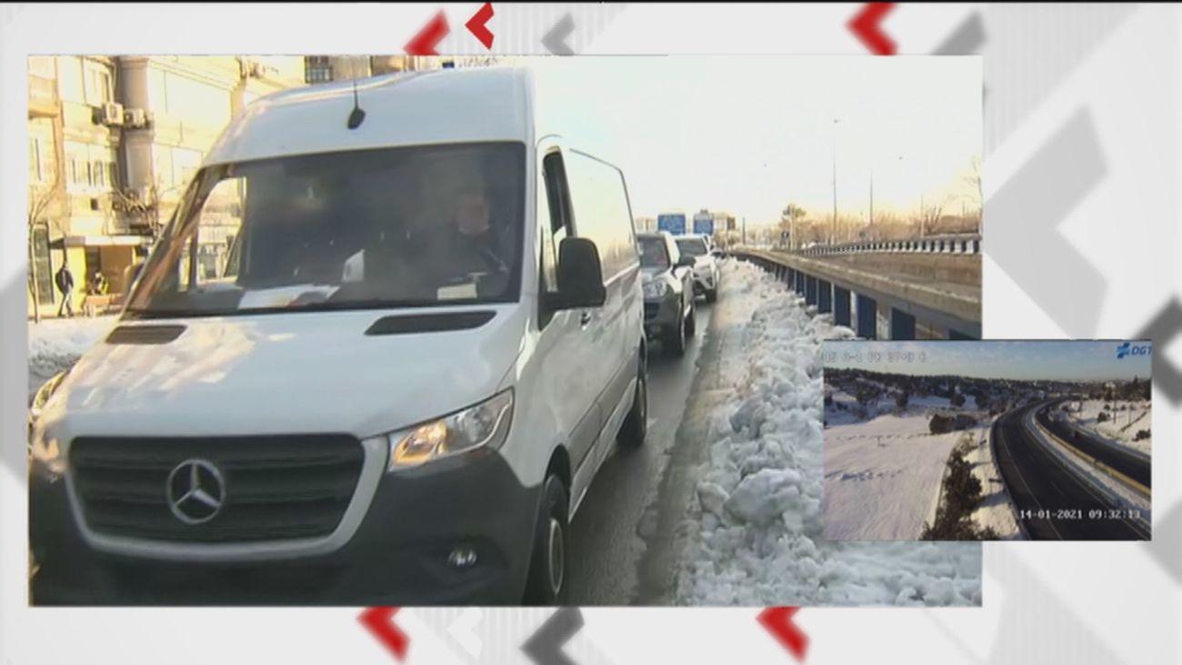 Vuelven los atascos de la hora punta en Madrid, complicada por la nieve y el hielo