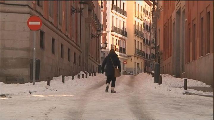 El hielo deja numerosos puntos negros en las calles de Madrid