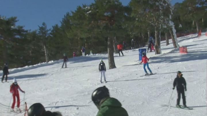 Las estaciones de Navacerrada, Cotos y Valdesquí se llenan de esquiadores tras su apertura