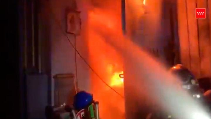 Arde una nave de cien metros cuadrados en Humanes