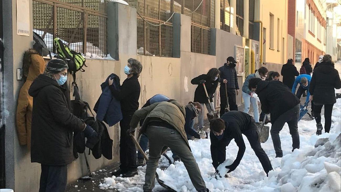Padres y madres de alumnos del colegio público Fernando El Católico limpian de nieve el acceso al centro