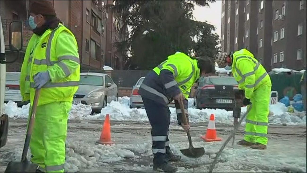 Todo vale en la lucha  contra el hielo y la nieve en Madrid