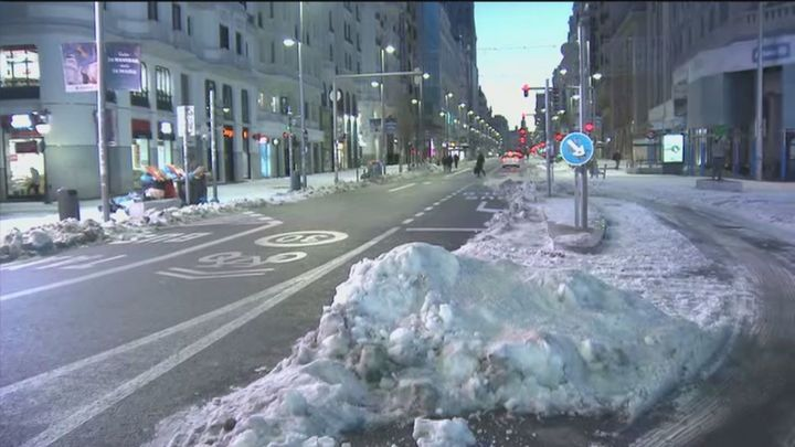 Madrid cuenta ya con 3.700 calles limpias  de nieve, con 96 líneas de autobuses operativas
