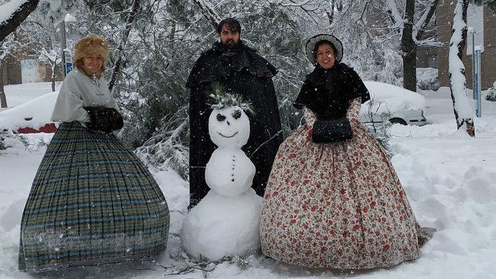 Quedan durante la gran nevada en Madrid para lucir vestidos del siglo XIX
