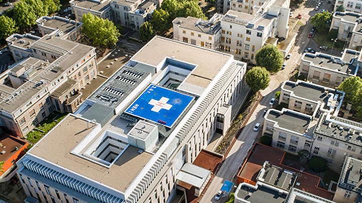 Un hombre amputado recibe un trasplante de los brazos y los hombros en Lyon