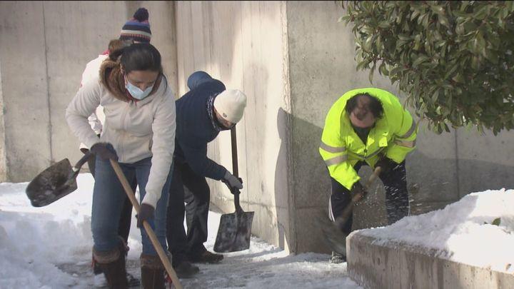 Un centenar de padres limpian los accesos y patios de un colegio de Sanchinarro