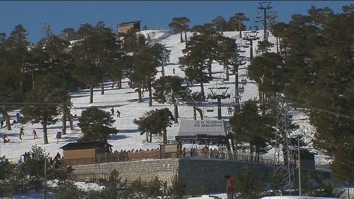 Un centenar de madrileños se queda sin acceder a las pistas de Navacerrada este sábado