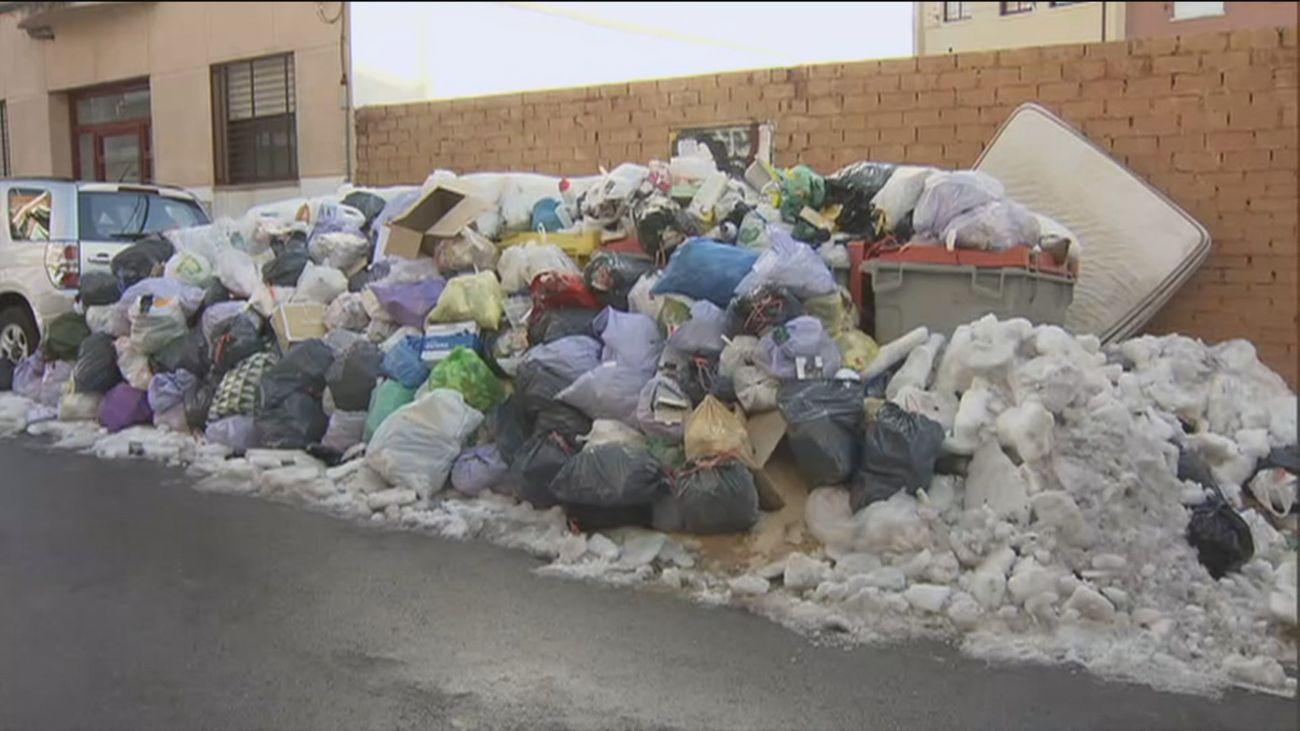 Almeida dice que el martes estará recogida toda la basura acumulada en las calles de Madrid