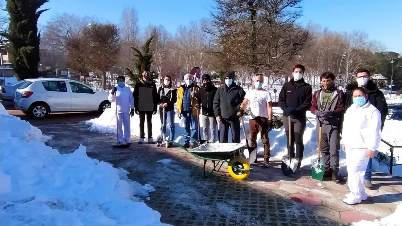 Los clubes deportivos se suman a las labores de retirada de nieve de los exteriores de las instalaciones