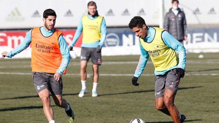 Varane vuelve a entrenar con el grupo, con Sergio Ramos al margen