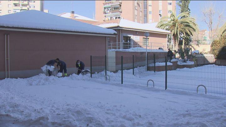 Más de 270 colegios de Madrid consiguen limpiar sus instalaciones de la nieve y el hielo