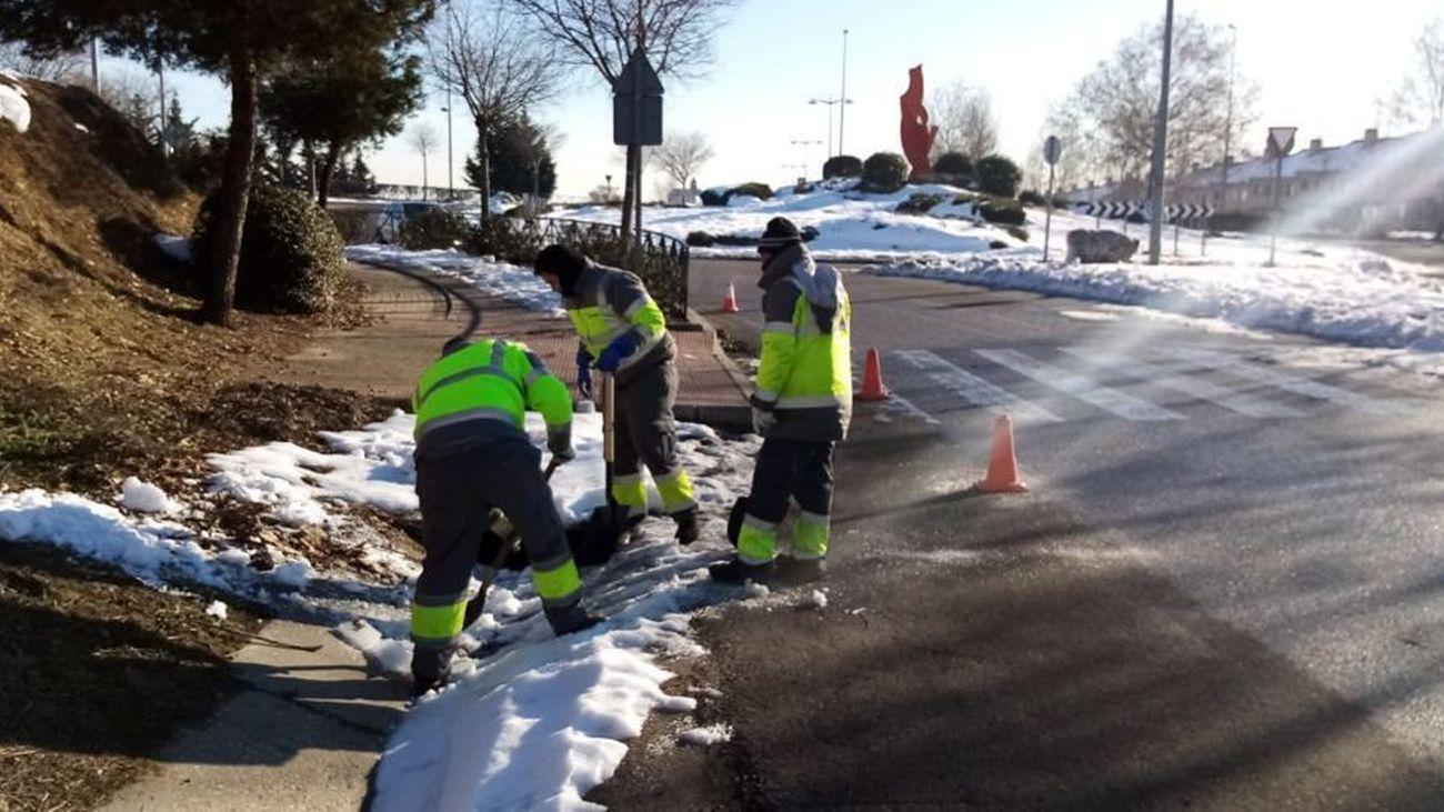 Operarios leganenses limpian de nieve las rejillas de los arcenes
