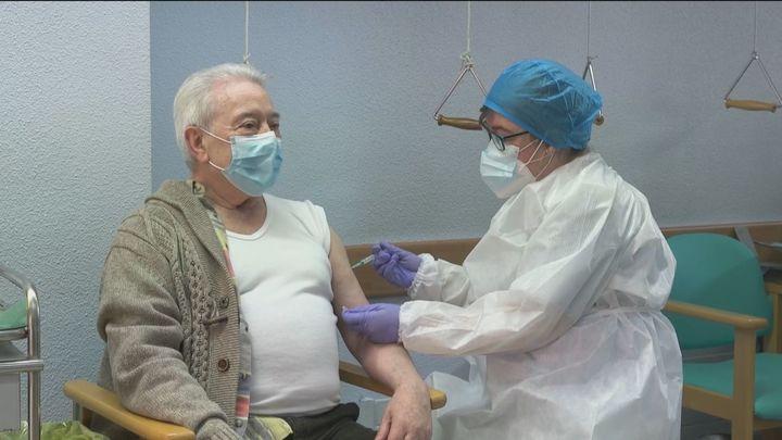 Simón cree que se puede cumplir los objetivos de vacunación del70% de la población en verano