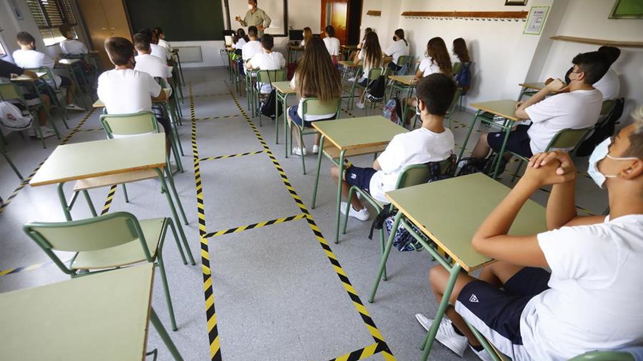 Unos alumnos asisten a clase en Madrid