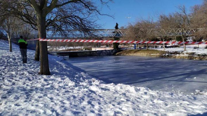 La Policía de Alcobendas vigila que no se patine en estanques congelados