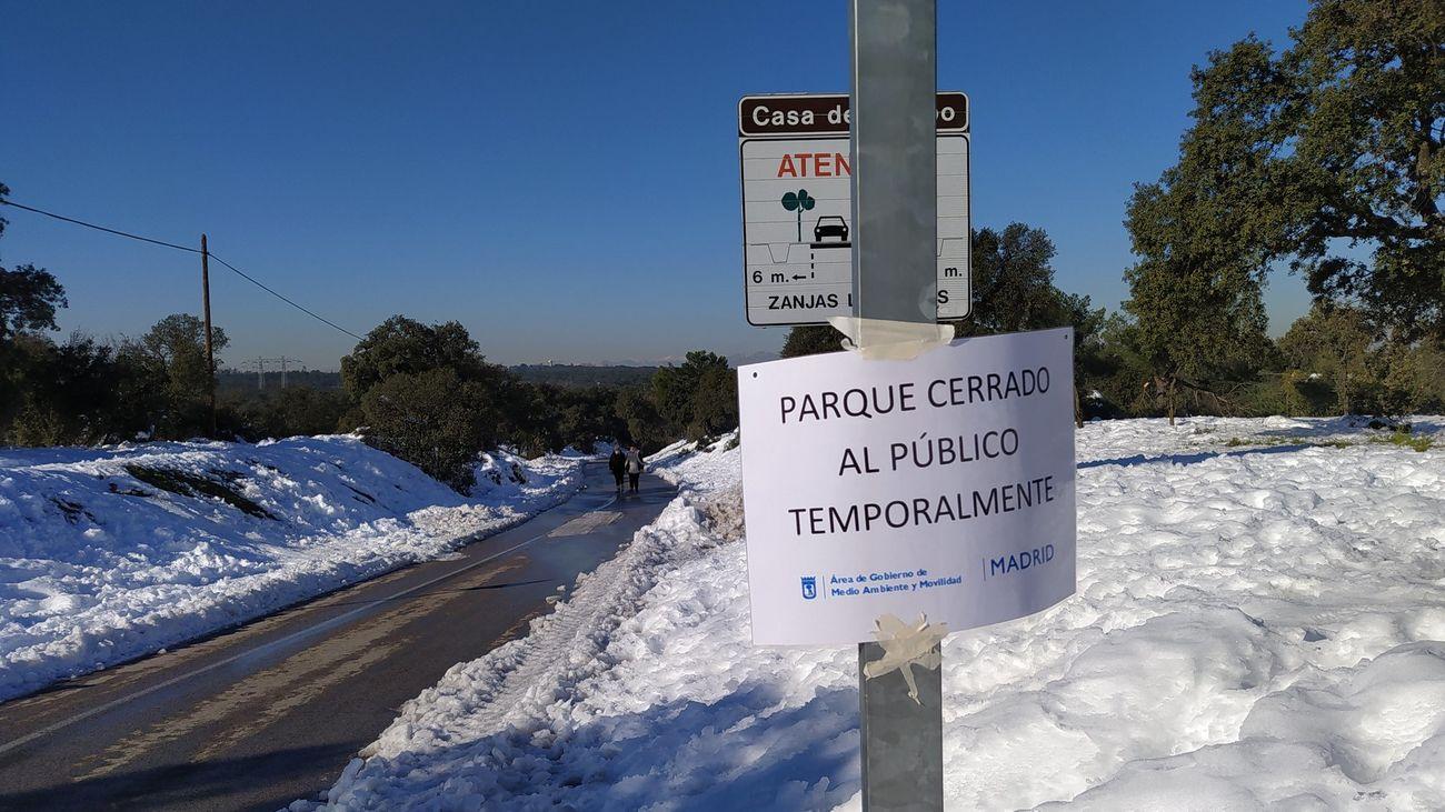 Aviso de cierre de la Casa de Campo en el acceso a la carretera del Zoo