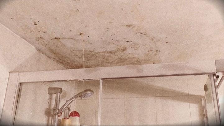 Tiene su casa inundada en Parla después de que sus vecinos de arriba no arreglaran una fuga