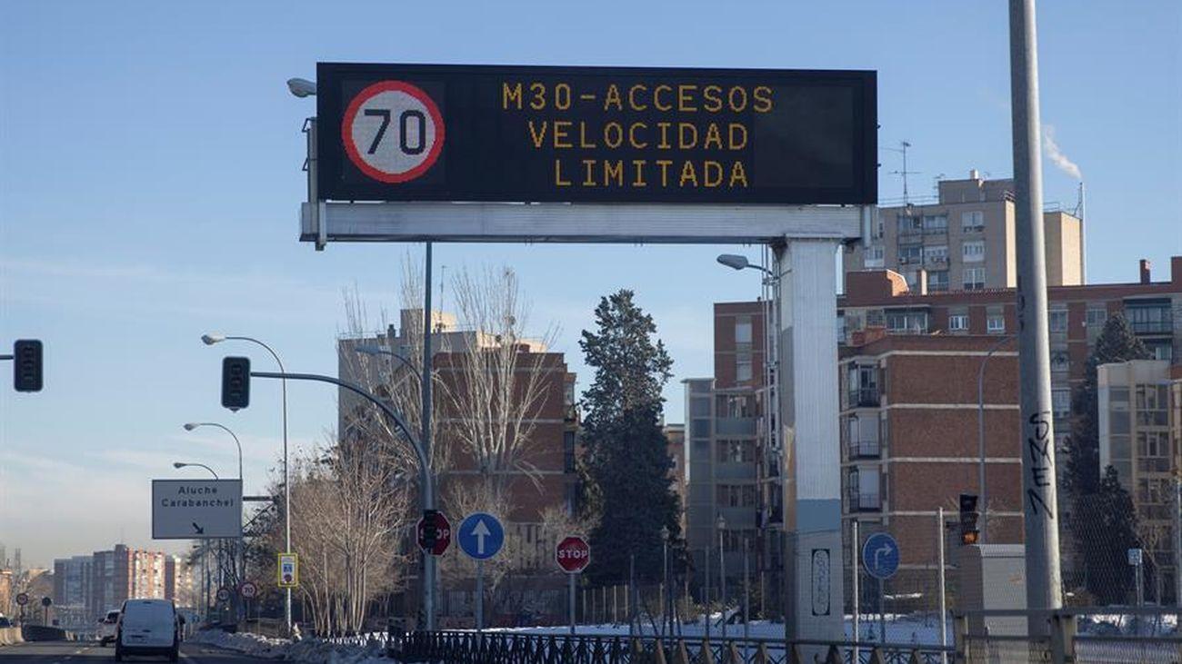 Luminoso en la M-30 Madrid sobre el límite de velocidad dispuesto en el protocolo anticontaminación