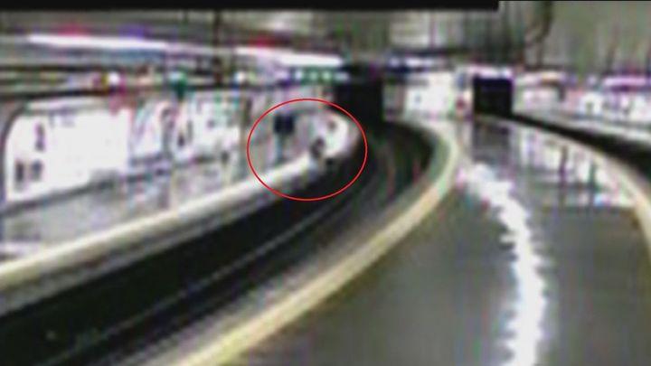 Milagro en el metro de Madrid: un policía salva de caer a las vías a un joven en estado de embriaguez