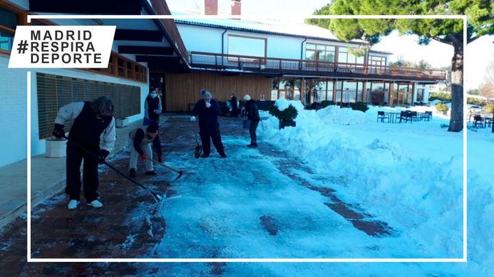 Sin descanso para dejar limpios de nieve los campos de golf de Madrid