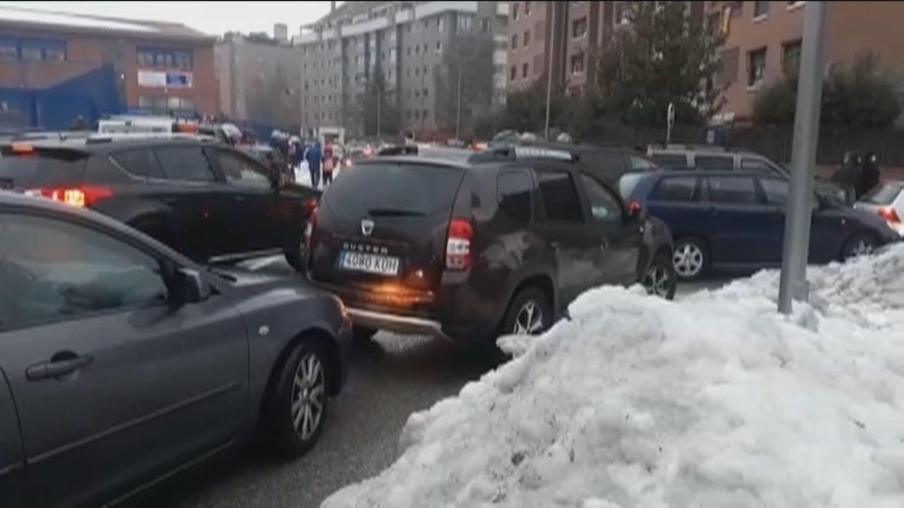 La lluvia y el tráfico denso marcan la vuelta al cole en Madrid