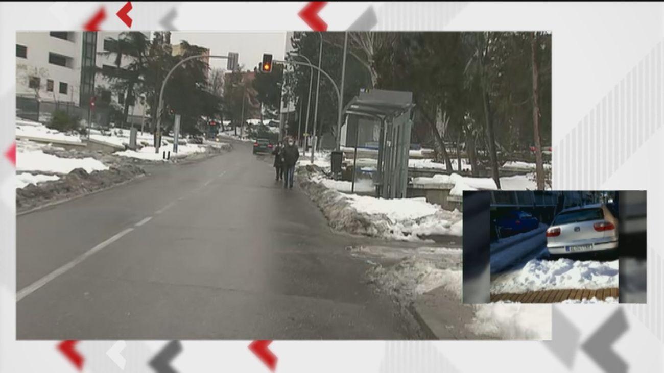 Peligrosos cruces por la calzada para evitar el hielo, la única alternativa de las personas mayores en Hortaleza