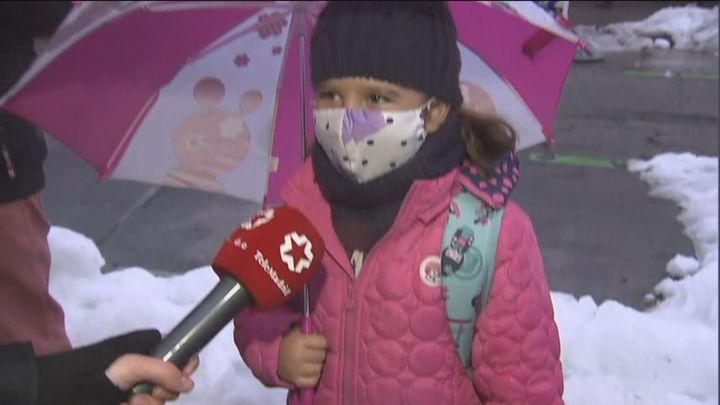 Los escolares viven la vuelta al cole  más fría tras el paso de Filomena