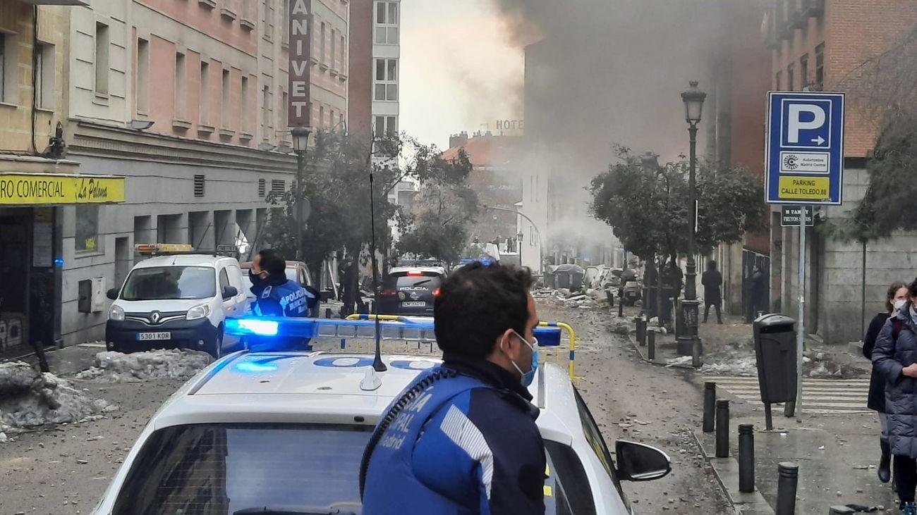 Agentes de Policía Municipal cortan la calle de Toledo tras la explosión en el número 98